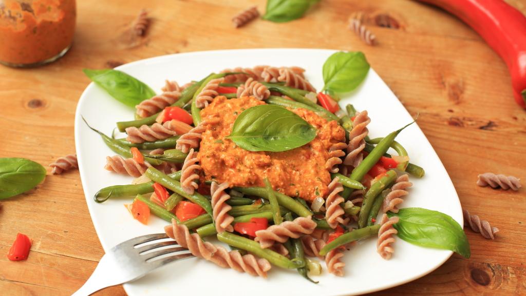 Pasta mit grünen Bohnen und Pesto Rosso
